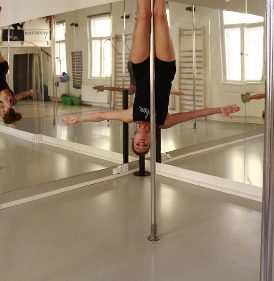 Eva si cvičením u tyče formuje postavu, a dokonce zhubla několik kilo.