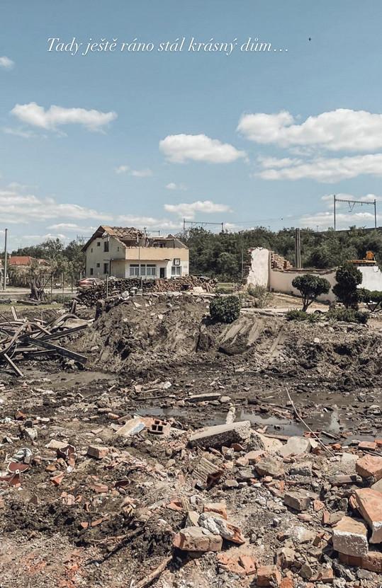 """""""Bylo strašné vidět, že jeden den stojí dům a druhý den se po něm po rozhodnutí statiků slehne zem,"""" popsala Nikol."""