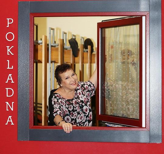 Jindřiška Kikinčuková v civilu v pokladně svého divadélka