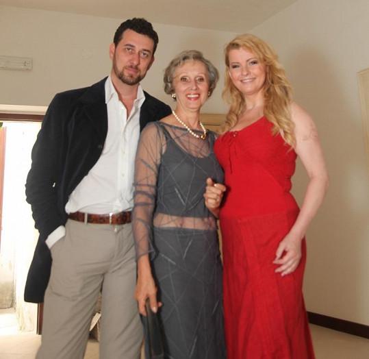 Domenico Martucci s maminkou a Ivetou Bartošovou v Itálii.