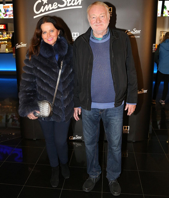 Luděk Sobota už zase vyráží do společnosti. Tentokrát vzal manželku Adrianu na nový thriller do kina.