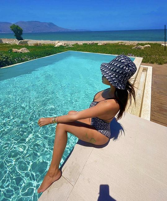 Pronajala si luxusní vilu se dvěma bazény.