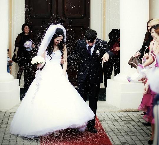 Svatebčané na novomanžele házeli rýži pro štěstí.