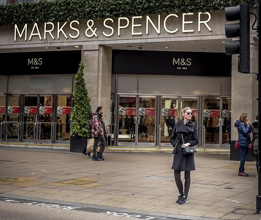 Česká kráska si v britské metropoli nenechala ujít nákupy.