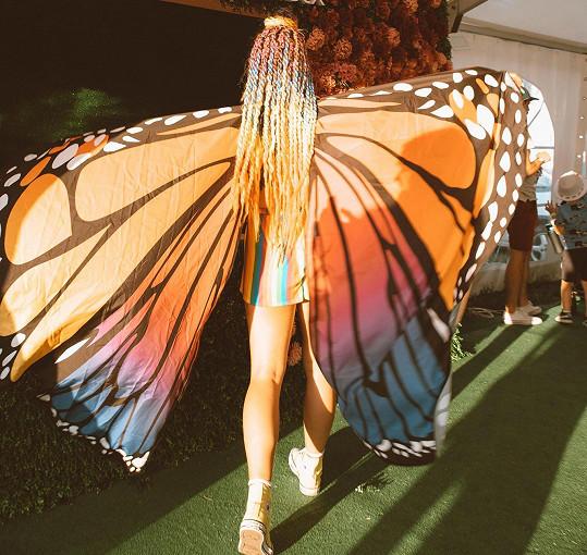 Slovenská blogerka Natália Homolová vyrazila na Pohodu s motýlími křídly.