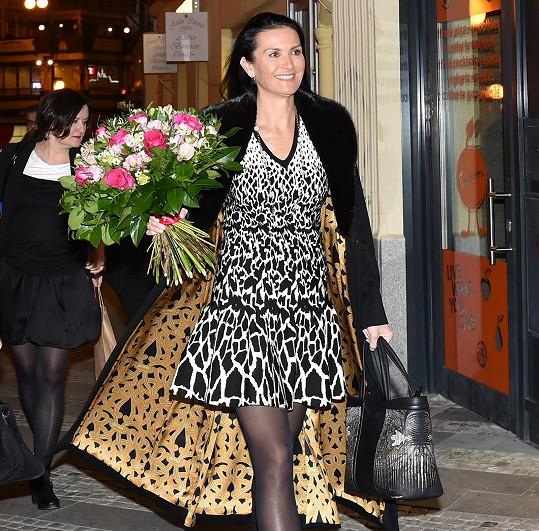 Při příchodu na akci ukázala luxusní kabát.