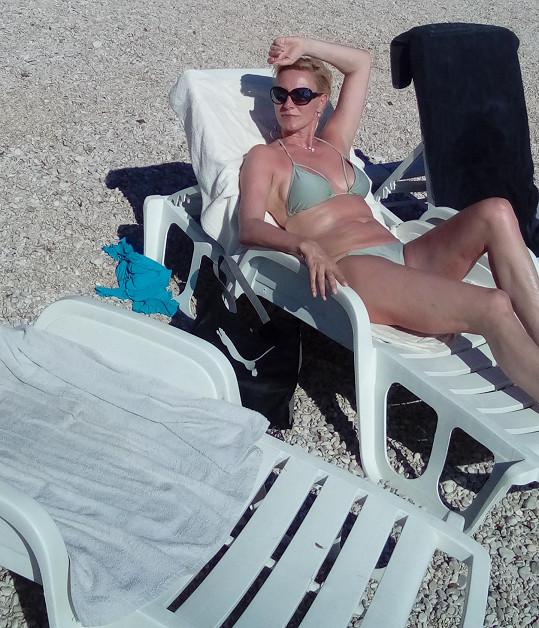 Slunečních paprsků si zpěvačka užívala.