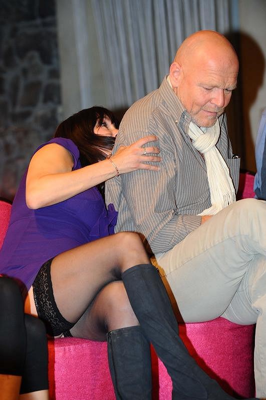 Nela Boudová předvedla na tiskové konferenci krajkové punčochy. Na fotce s Markem Vašutem