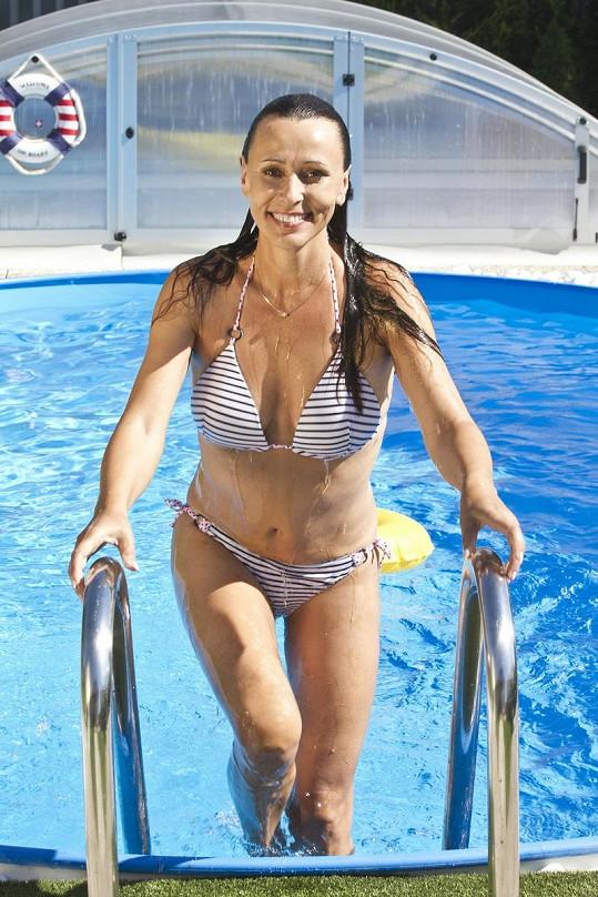 Heidi Janků vylézá ze svého nového bazénu.