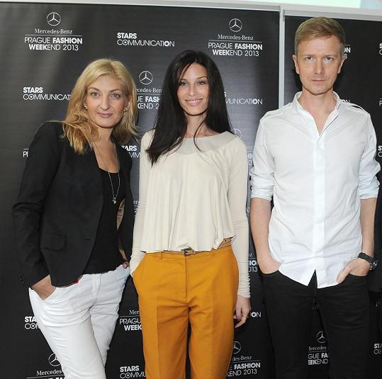Topmodelka na zahájení Prague Fashion Weekendu s organizátory Janinou Šlemínovou a Václavem Dejčmarem