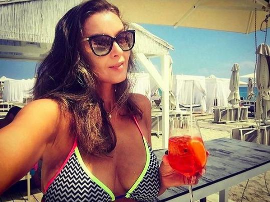 Pohoda s drinkem na pláži.