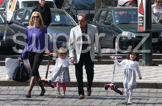 Karel Gott s manželkou Ivankou a dcerkami Charlottkou a Nelly, jako vzorná rodinka přechází silnici