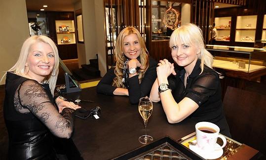 Při šampaňském a kávě podrbaly i s šéfkou butiku Klárou Polákovou.