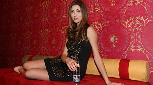 Česká Miss World 2011 Denisa Domanská zapózovala v těchto sexy šatech.