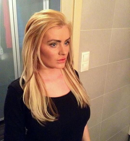 Po soutěži z ní byla blondýna.