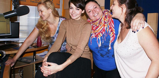 Nenalíčená Linda Finková (vlevo) přivítala v Dámském klubu missku Gábinu Kratochvílovou.