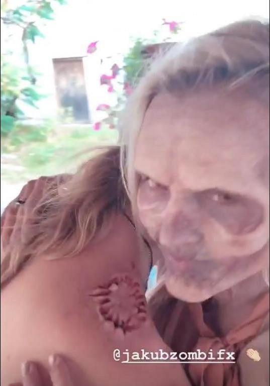Zpěvákova manželka se změnila v zombie kvůli natáčení videoklipu.
