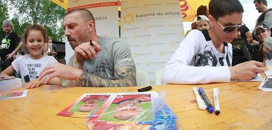 Tomáš a Vlaďka vzali na fotbal i dceru Viktorku.