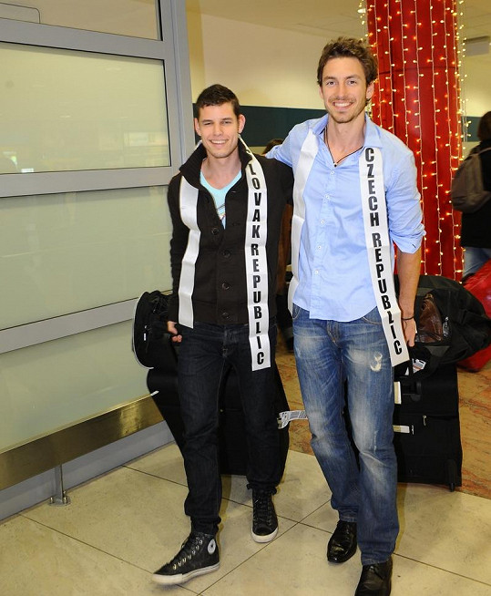 Jakub Lorencvoič a Martin Gardavský po 13 hodinách letu konečně přistáli v Praze.