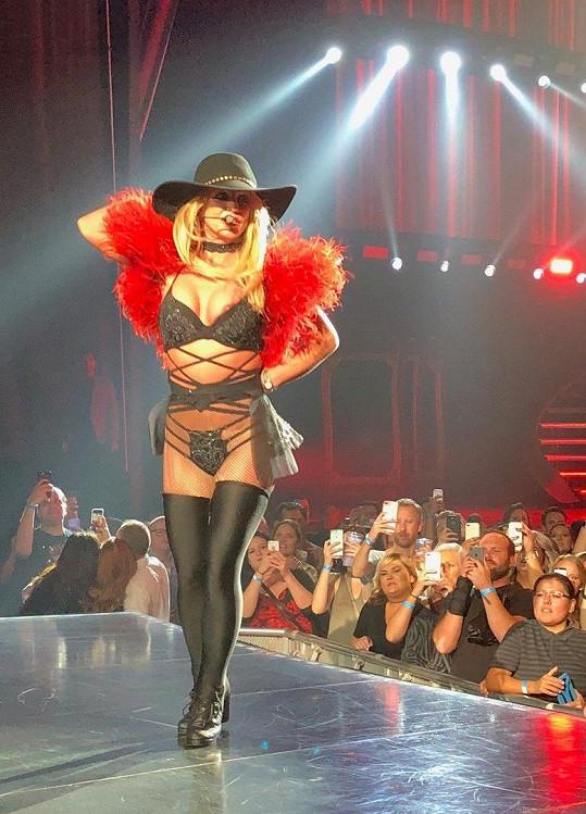 Britney na koncertě udělala neplánovaný striptýz.