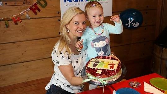 Claudia slaví s maminkou druhé narozeniny.