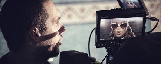 Do režisérského křesla usedl Michal Kunes Kováč, jenž má na svědomí videa kRytmusově písní AKM, Tinině hitu Si sám nebo společnému duetu obou interpretů Musíš mať nádej.