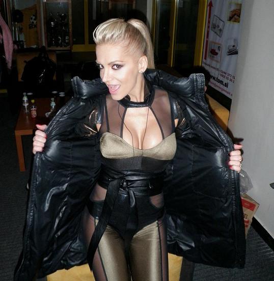Dara Rolins v opravdu velmi sexy kostýmu.