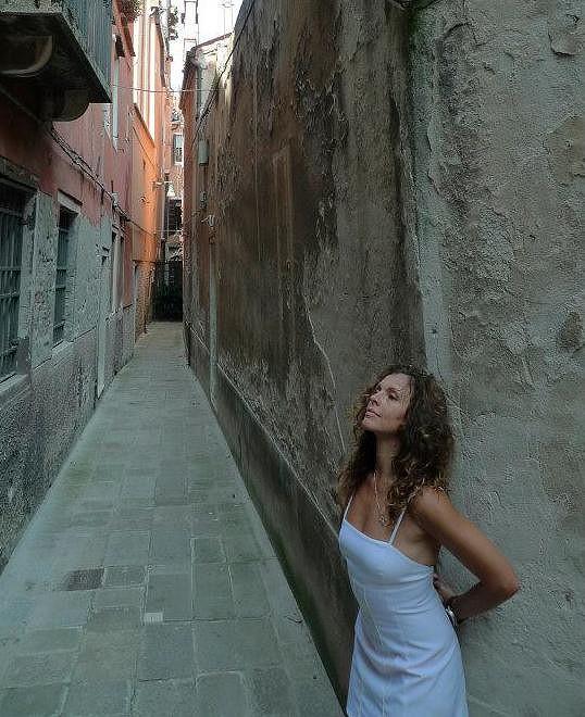 Eva Jeníčková v uličkách Benátek