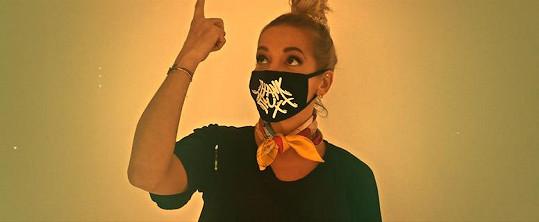 Dara ochotně přijala nabídku vystoupit v novém klipu kapely Wohnout.