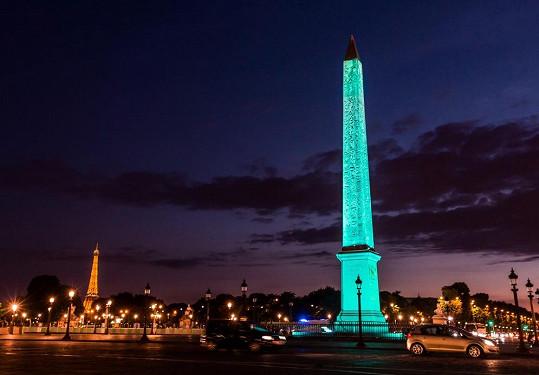 Hosté mohli obdivovat nádherný výhled na noční Paříž a také světelnou show, která zahalila známý obelisk na Place de la Concorde do slavné modré barvy.
