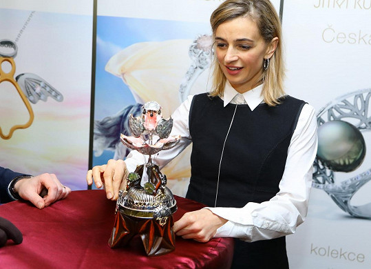 Speciální vejce zdobené diamanty, granáty a vltavíny nechal pro svou manželku vytvořit tajný investor. Ivana byla českou řemeslnou prací okouzlená.