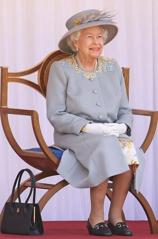 Modrou barvu oblékla i při sledování vojenského obřadu u příležitosti jejích oficiálních narozenin 12. června 2021 ve Windsoru.