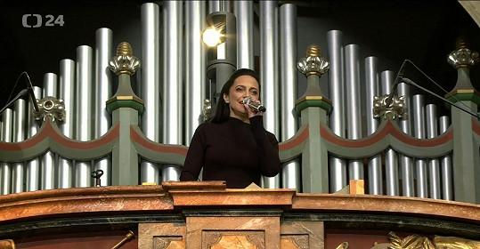 Lucie Bílá z kúru v katedrále svatého Víta zazpívala skladbu Ave Maria, kterou si Karel Gott přál.