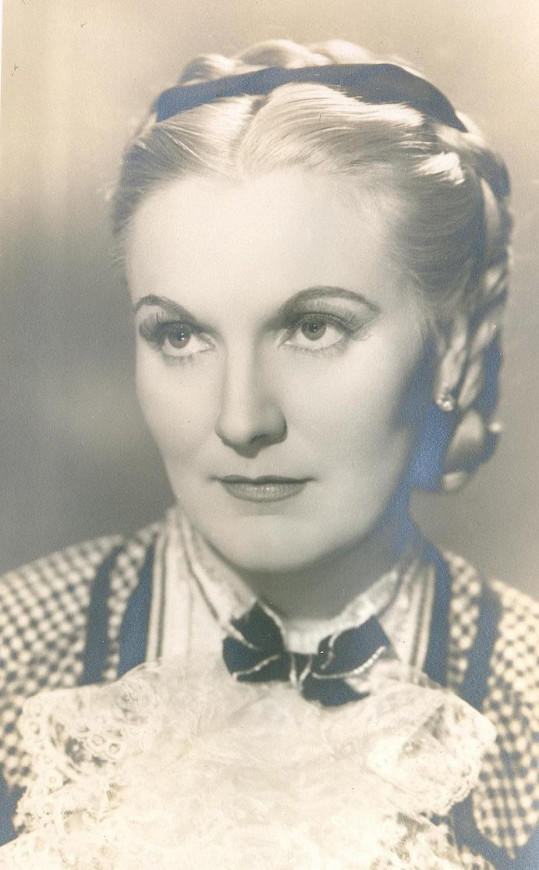 Jiřina Štěpničková ve filmu Tanečnice (1943). Protektorátem prošla bez poskvrnky, ale v roce 1951 skočila do pasti StB. Za ilegální přechod hranic dostala 15 let.