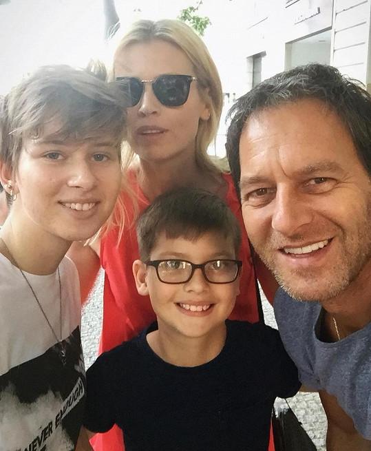 """Dcera Ella se nechala ostříhat na """"kluka"""" a syn Paul nosí dioptrické brýle."""