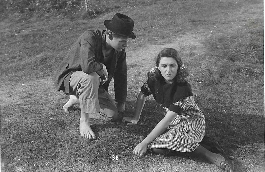S Vladimírem Salačem ve filmu Žíznivé mládí (1943)