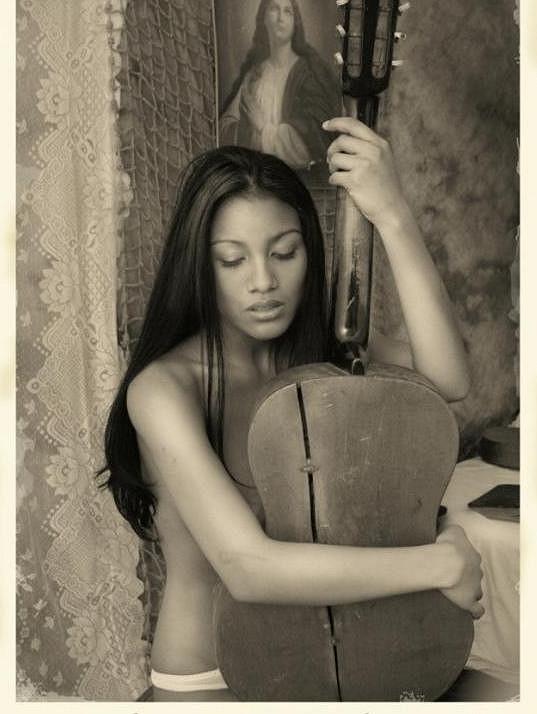 Místo podprsenky měla Mary jen kytaru.