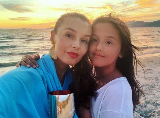 Ivu Kubelkovou výzva nijak zvlášť nerozhodila. Na snímku s mladší dcerou Karolínou.