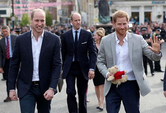 Harry a William včera pozdravili fanoušky.