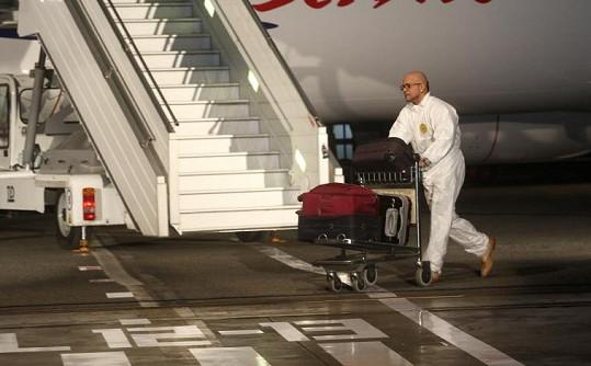 Návrhář Osmany Laffita spěchá za Kubelkovou s jejími kufry údajně plnými jeho nové kolekce.