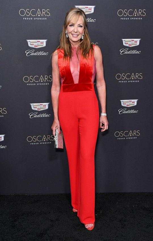 Allison oblékla červený overal.