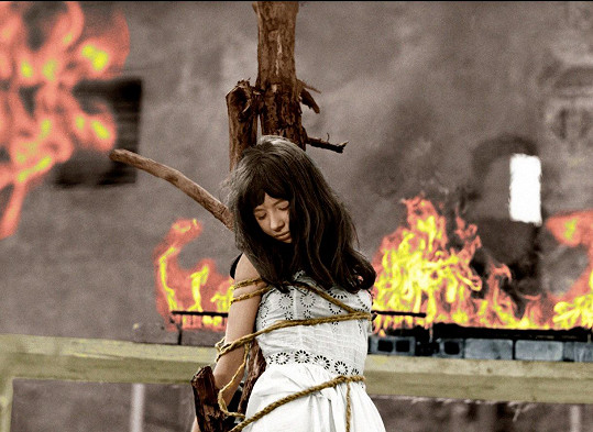 Jaroslava v náročné scéně, kdy byla její postava upálena.