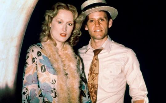Druhého Oscara jí přinesl film Sophiina volba (1982). Na fotce je s Peterem MacNicolem.