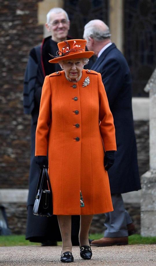 Královna Alžběta II. zvolila oranžový kostýmek.