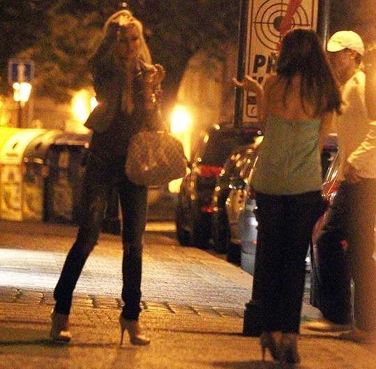 Zatímco Jiří Hudler sháněl taxíka, holky se začaly shromažďovat. Krásná blondýnka je údajně Klára Rychtaříková, kterou Hudler dost dobře zná.