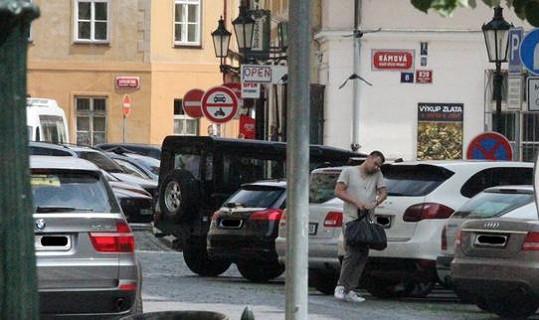 Mareš celé ráno strávil na policejní stanici. Nyní nejspíš telefonuje se svým právním zástupcem.