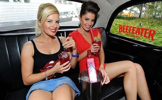 Kateřina s Terezou Budkovou v londýnském taxíku.