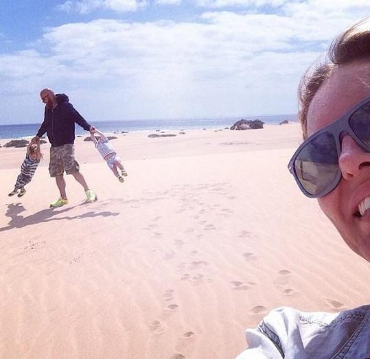 Vágnerovi dovádí na pláži.