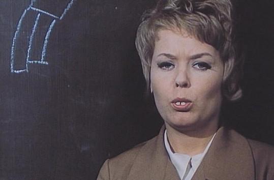 Jana Drbohlavová coby učitelka v Dívce na koštěti (1971).