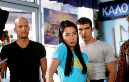 Lucy Liu s Woodym Harrelsonem a Antoniem Banderasem (vpravo) ve filmu Boxeři (1999)
